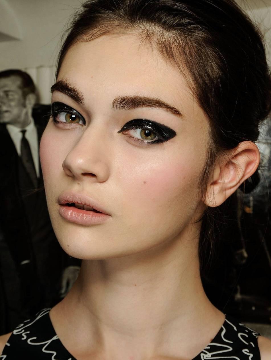 Tek bir eyeliner ile sonsuz çizgiler: Minimal etki VS vurgulu gözler